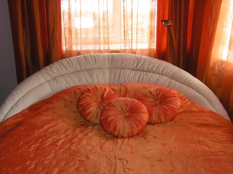 Круглые диванные подушки